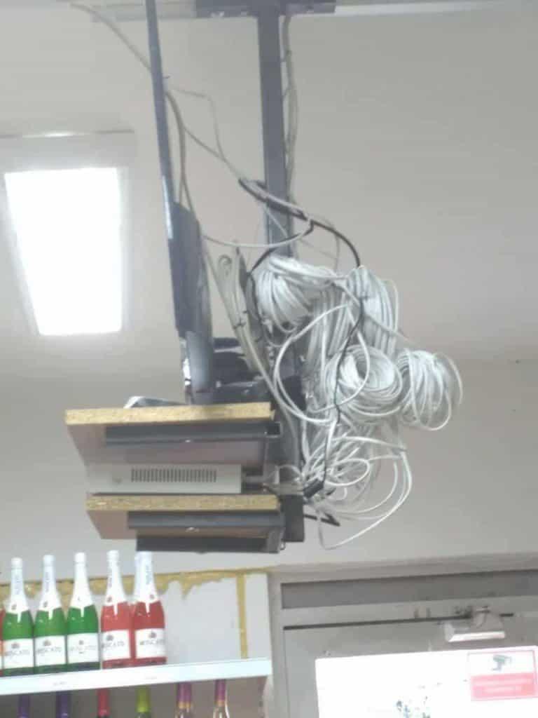 Velké rezervy kabelů u projektoru